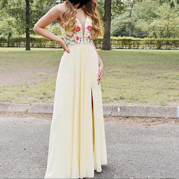 Faviana Dresses & Skirts - Prom dress: Faviana buttercreme size 0